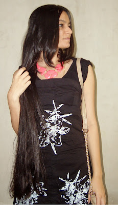 mumbai fashion blogger, evening outfit ideas, what to wear to a new year's eve party, chunky neon necklace, street shopping, neon pink necklace, neon pink jewellery,long hair