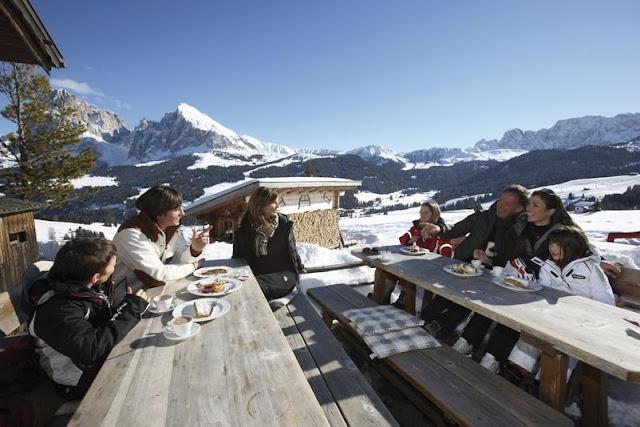 Die wohlverdiente Jause zwischen den zahlreichen Abfahrten inmitten der Dolomiten...