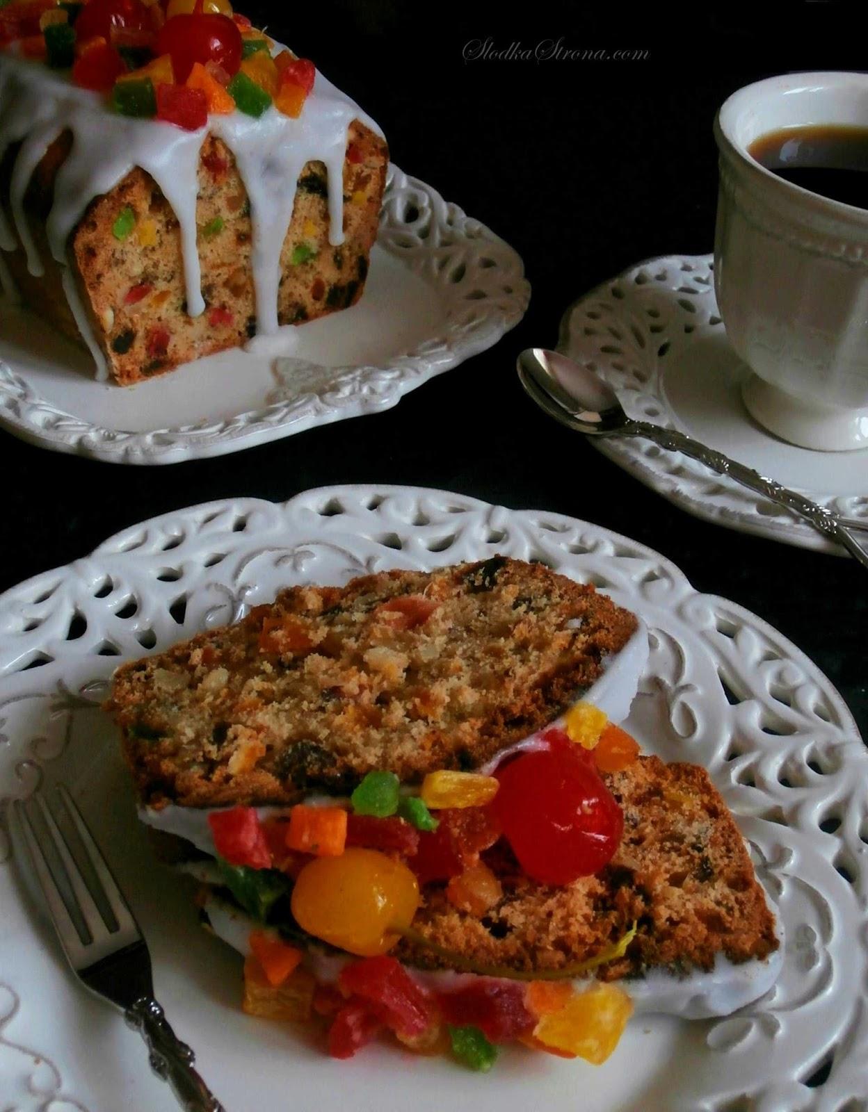 Klasyczny Keks z Bakaliami - Przepis - Słodka Strona Keks to jedno z popularniejszych ciast na polskich stołach. Każdy kto uwielbia bakalie - również zakocha się w tym cieście. Mocno bakaliowy wypiek, z przeróżnymi dodatkami począwszy od suszonych moreli, śliwek, daktyli, kandyzowanych ananasów, rodzynek a skończywszy na orzechach laskowych, orzechach włoskich oraz migdałach - prawdziwa uczta smaków dla amatorów bakalii.   Mmmm... tradycyjny keks przepis, keks, keks przepis, przepisy na keks, ciasto z bakaliami, cwibak, cwibak przepis, jak zrobic cwibak, jak zrobic keks, keks z bakaliami, keks z orzechami, keks z suszonymi owocami, cwibak z bakaliami, najlepsze przepis na keks,