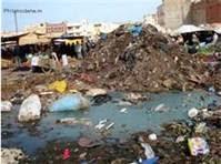 صورة تبين رمي النفايات