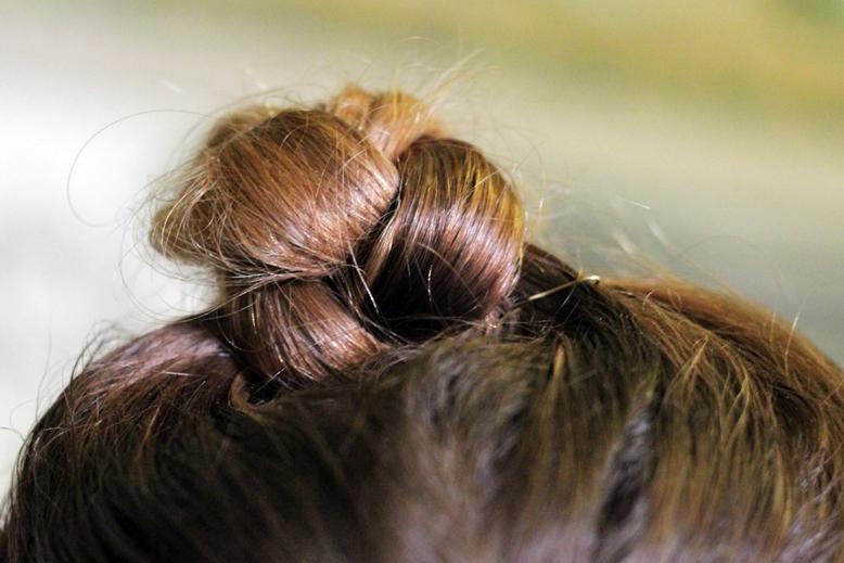 frisur, geflochten, dutt, geflochtenes dutt, bridal bun, bun, blond bun, plaited hair, plaited bun