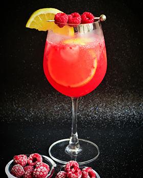 Gin tônica de framboesa com limão siciliano