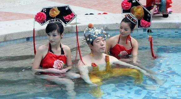 [Chuyện Lạ] - Chi gần 400 triệu để được tắm với hàng chục hot girls như hoàng đế 3