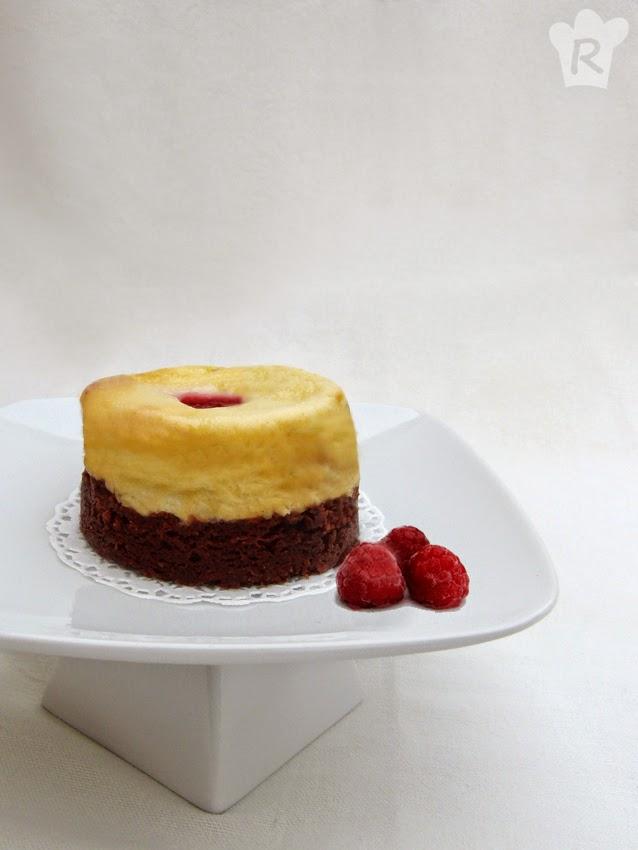 Pastel de brownie y tarta de queso con frambuesas