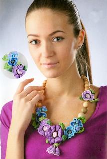 Колье с вязаными крючком цветами и колокольчиками