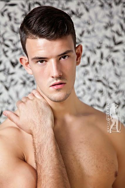 MODELO: JOSH (Photograph: Leigh Carter / Boy Gender)