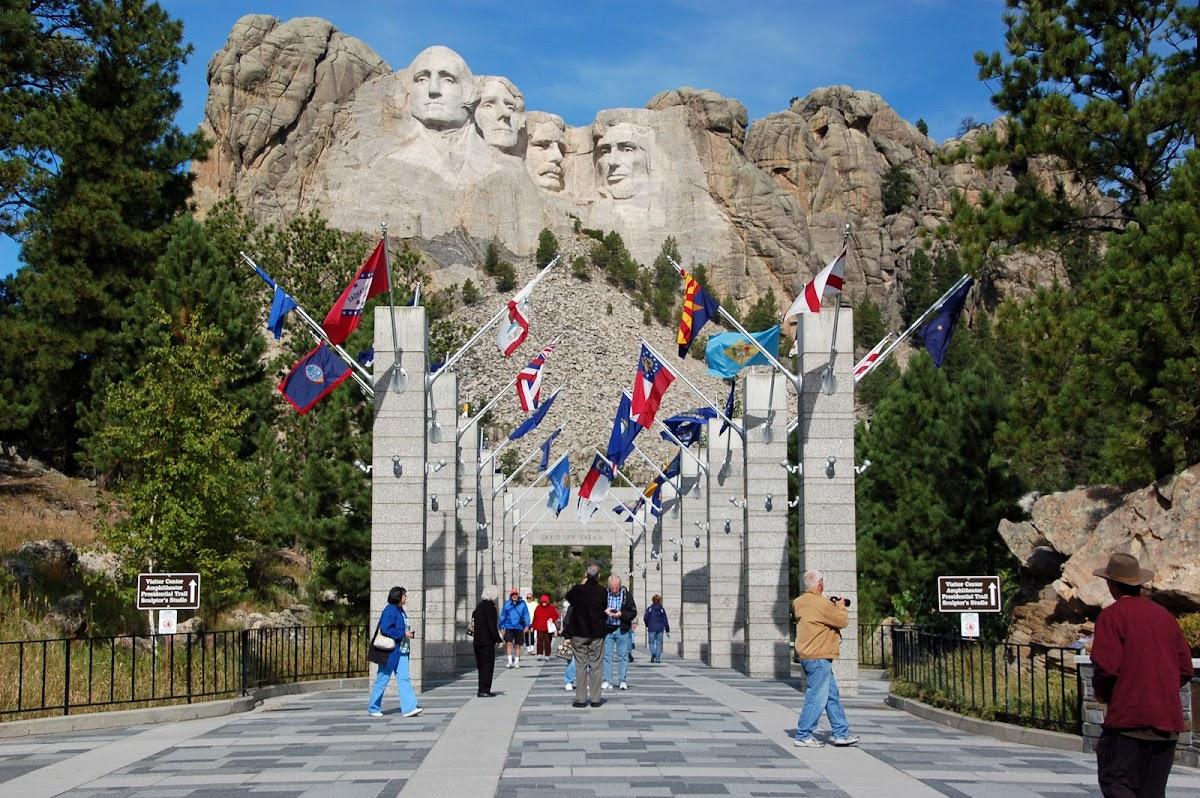 http://4.bp.blogspot.com/-LFndwboHxWc/TpjDieUlPtI/AAAAAAAACJo/Vgv_Kg1tSk8/s1200/MtRushmore-AveOfFlags20112109-2.jpg