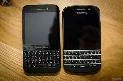 BlackBerry ha tenido la amabilidad de detallar las diferencias entre el BlackBerry Q5 y su extremo superior BlackBerry Q10. Hacemos un despliegue de similitudes para que usted tenga en cuenta las diferencias entre el Q5 y el Q10. Las dos principales diferencias en mi opinión es la de 8 GB de almacenamiento en lugar de 16GB junto con la CPU que descendía de un procesador de doble núcleo de 1,5 GHz a 1,2 GHz procesador de doble núcleo en el Q5. Las otras cosas a tener en cuenta es que el Q5 no tiene conexión de NFC y el Q5
