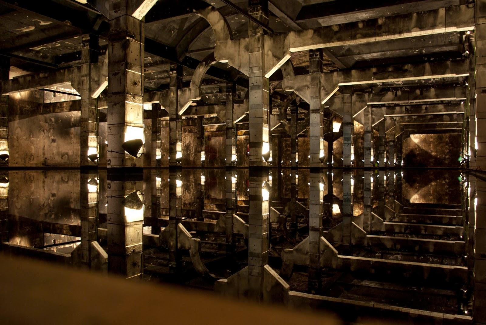 esta obra no solo es una simple obra en la que podemos andar por una sala llena de agua sino que el autor hace partcipe a quien visite la instalacin
