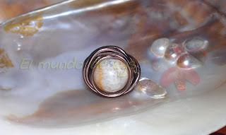 Anillo aluminio marrón y piedra esférica beige