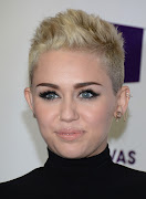 Miley Cyrus, con melena muy larga y ondas deshechas. Genial¡ cortes de pelo de moda miley