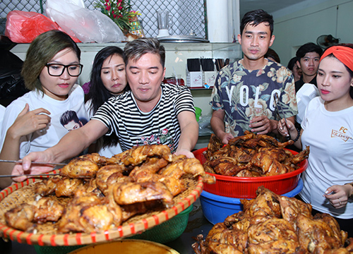 Họ chuẩn bị 300 phần ăn để đi tặng những người nghèo, sống lang thang cơ nhỡ trên khắp con phố Sài Gòn.
