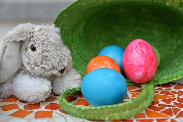 un coniglio con uova di pasqua colorate