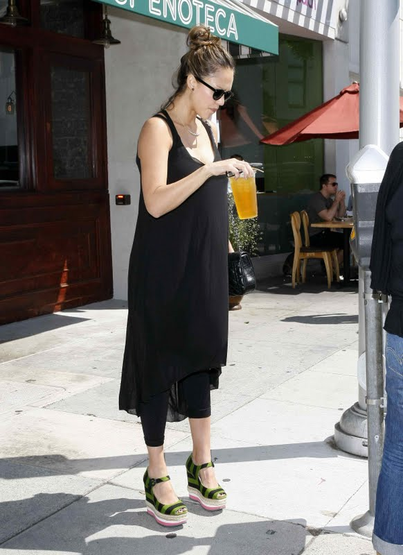 Jessica Alba at Cabbage Patch Restaurant in Beverly Hills