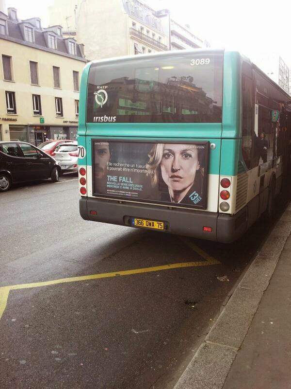 """Autobus en Paris con la imagen de Jamie Dornan en """"The Fall"""" – Stella Gibson & Paul Spector"""