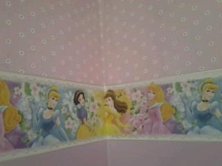 composé faixa tema as princesas e papel na parte superior da parede