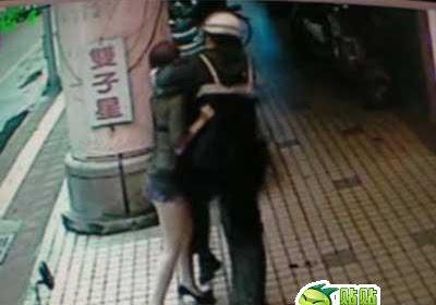 Wanita Ini di SmacDown Polisi Karena Berpakaian Minim