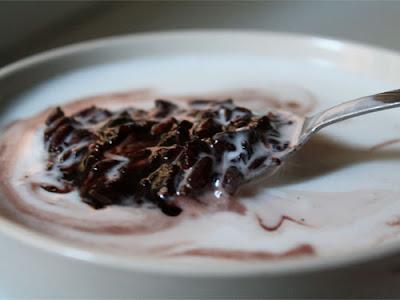 Thai Food Lesson ข้าวเหนียวดำ冷たいココナツジュースにタイ風の黒もち米がたっぷり入ったデザート Black Sticky Rice Pudding  with Coconut Milk