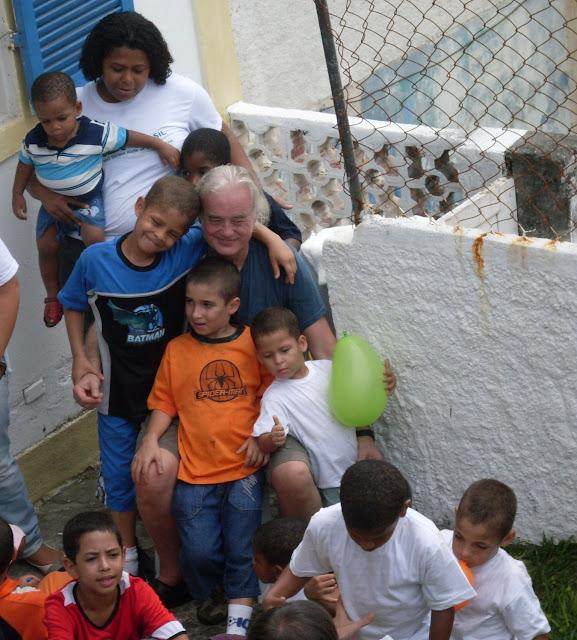 Jimmy Page com as crianças da Casa Jimmy, no Rio de Janeiro