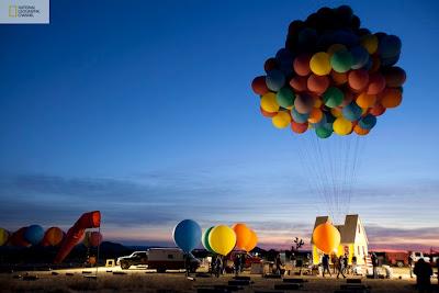 globos de colores y la casa que vuela