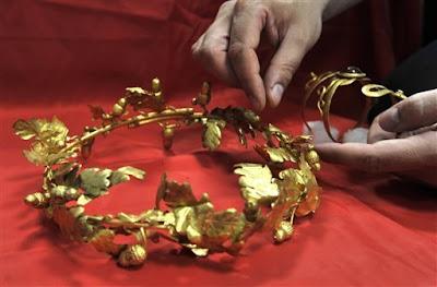 http://4.bp.blogspot.com/-LJxJ6LtQocI/T9Yj6c1YKfI/AAAAAAAAZsI/K9RDYsiaxbA/s400/Greece-antiquities-looting_01.jpeg