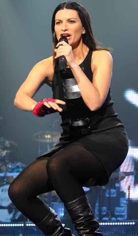 Laura Pausini cantando en concierto