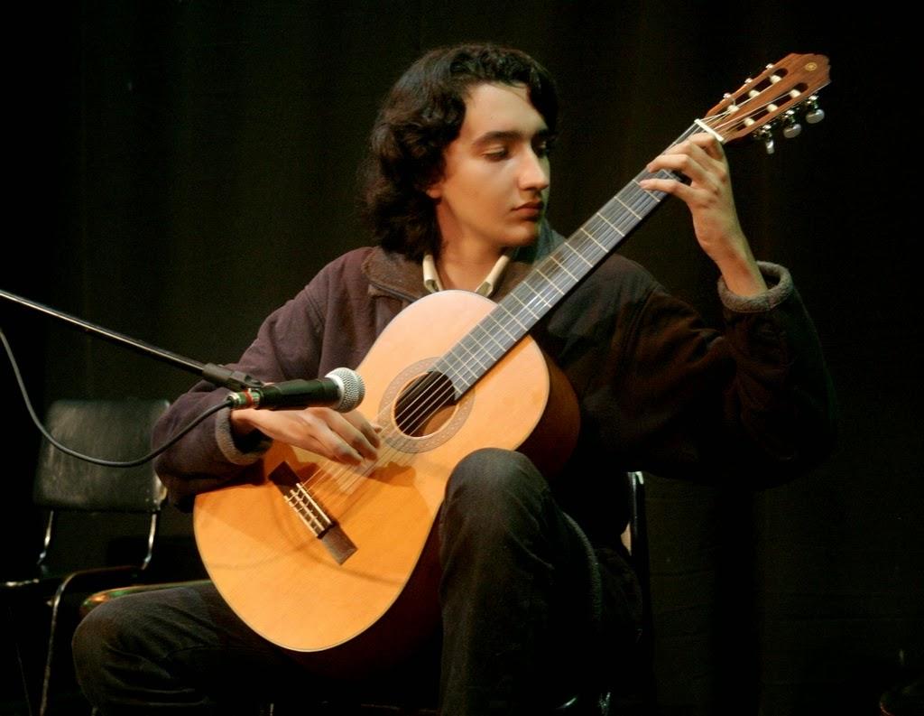 Fernando Albuquerque representou os alunos de violão do professor voluntário Levi Firme e agradou em cheio