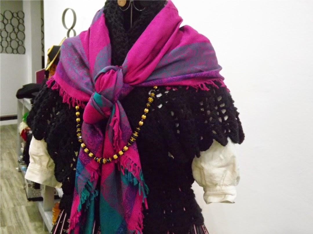 Chal de ganchillo en traje tradicional de gallega