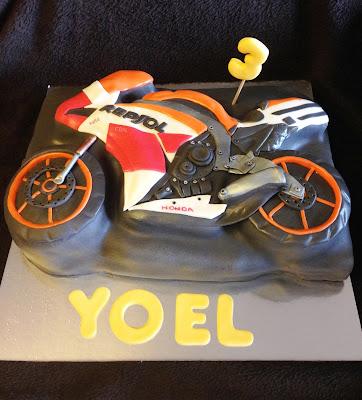 tarta decorada; tarta fondant; tarta moto; tarta marc marquez; moto; dulce; dani pedrosa; marc marquez