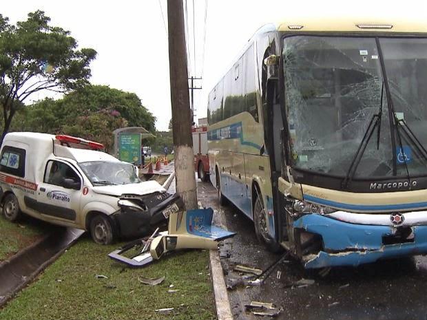 Ambulância trazia paciente de 69 anos, da cidade de Planalto, sudoeste da Bahia, para um hospital de Salvador (Foto: Imagens/TV Bahia)