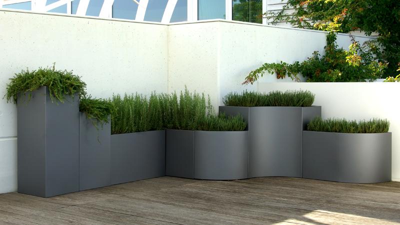 este sistema de jardineras modulares formado por tipos de mdulos y en distintos colores pueden adaptarse a