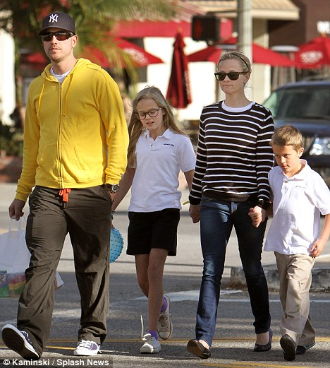 onfolip reese witherspoon with husband jim toth and kids