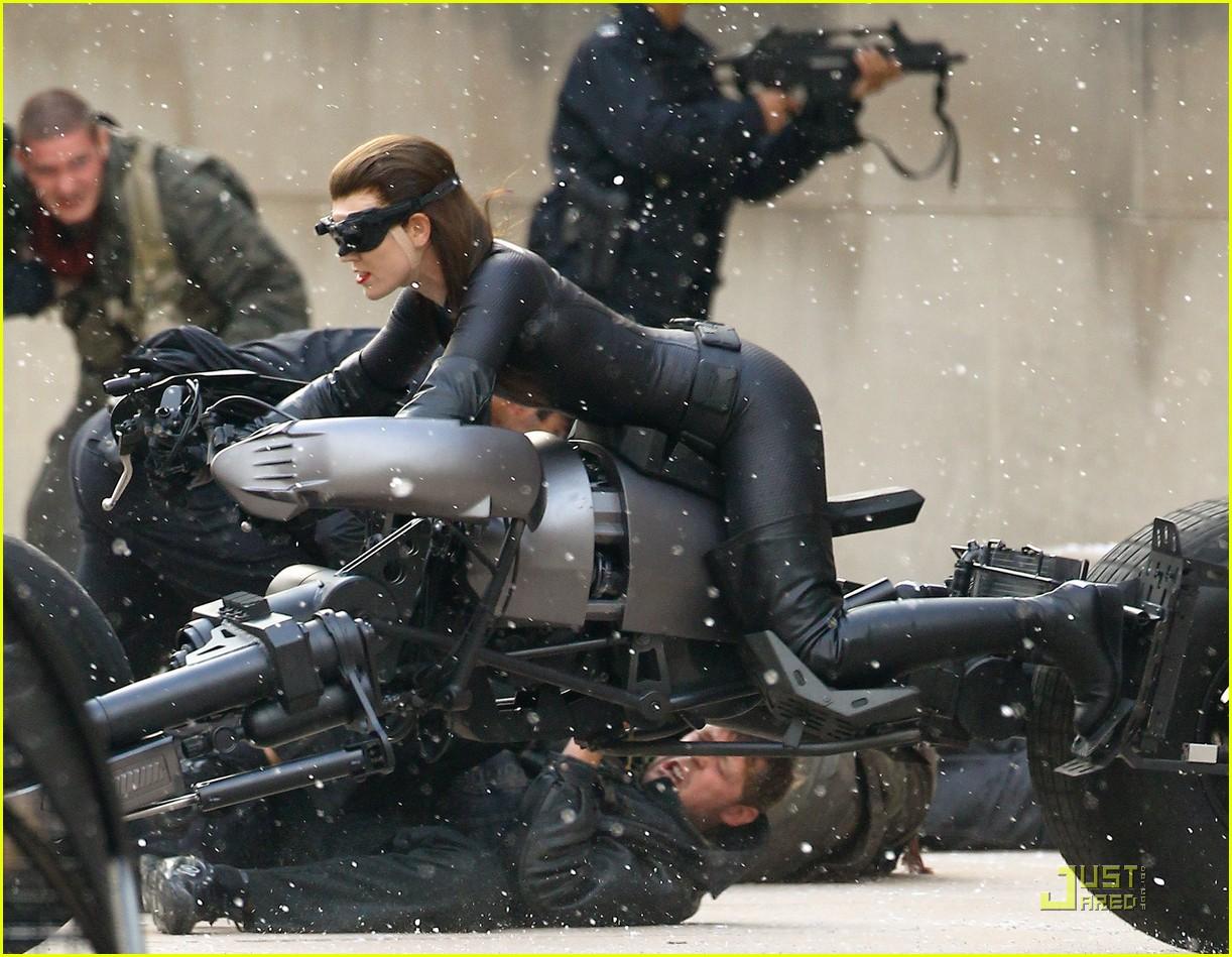 http://4.bp.blogspot.com/-LLfctIMWOlo/TjwJXsVYnUI/AAAAAAAAIKc/sX5c9WMJsp4/s1600/anne-hathaway-as-dark-knight-rises-catwoman-first-look-02.JPG