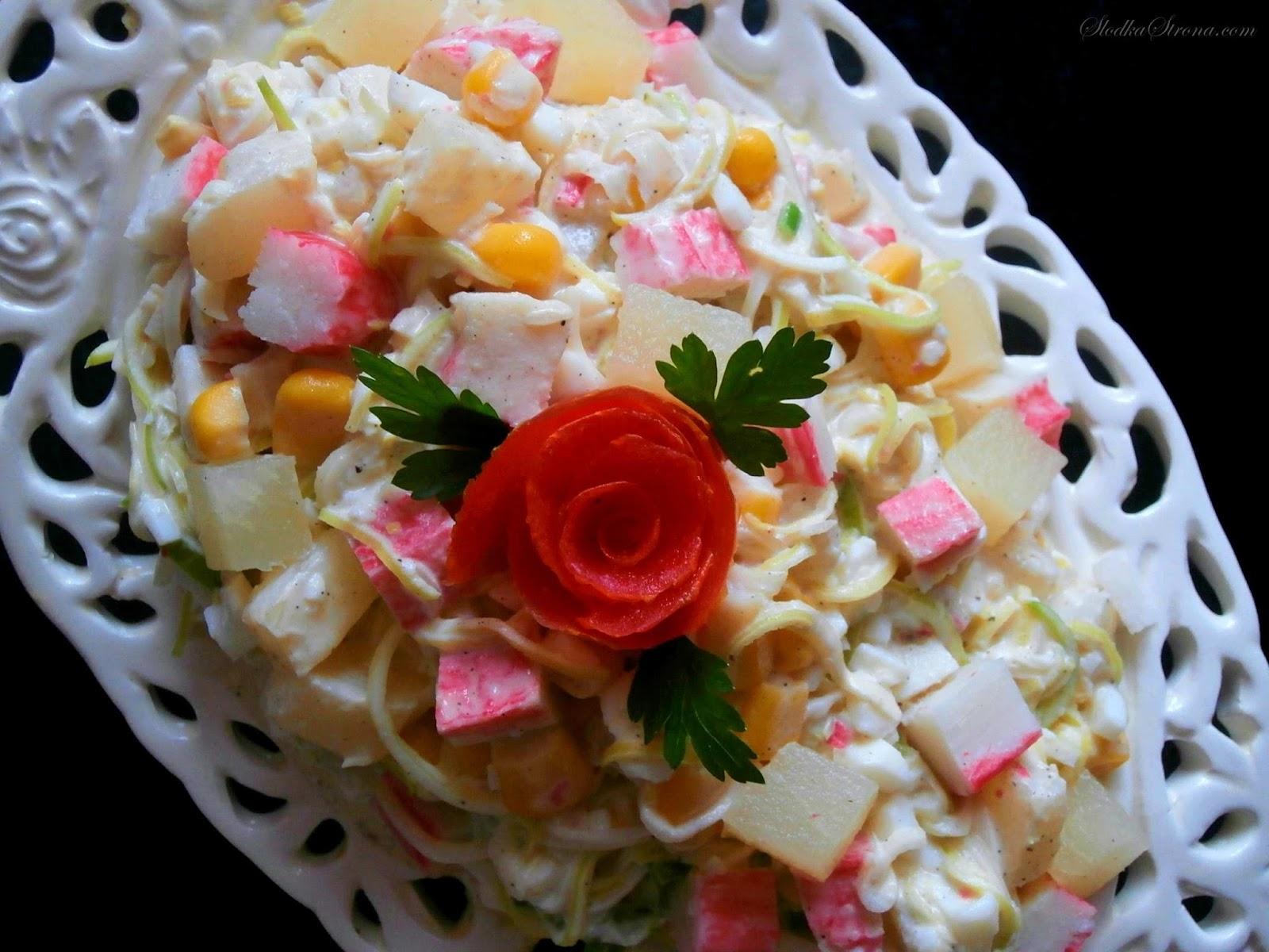 Sałatka z Paluszkami Krabowymi i Ananasem - Przepis - Słodka Strona roza z pomidora, rozyczki z pomidorow