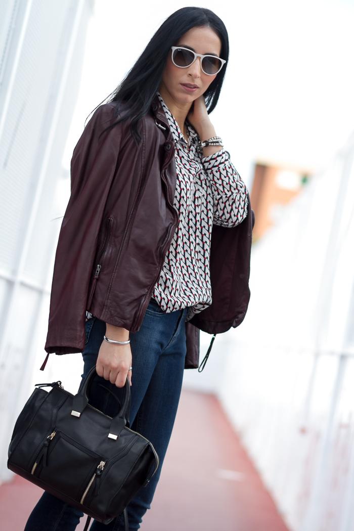 Chaqueta de cuero color granate vino burdeos burgundy marca celebrities Muubaa con camisa estampado y bolso de Zara blogger de moda Valencia WOWS