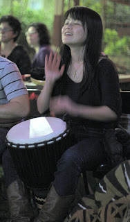 pemain kendang jimbe wanita by tokodjembe.com