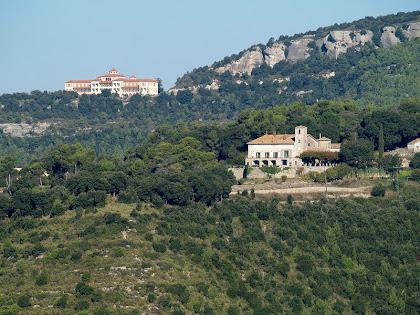 El Serrà i al darrere el Sanatori de Puig d'Olena des del Serrat de l'Onyó