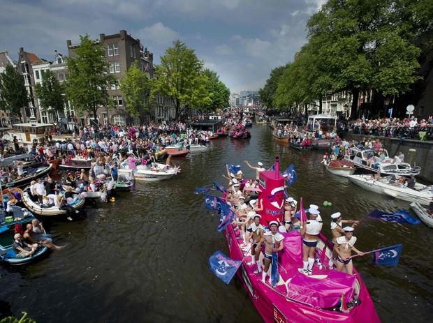 Barcos desfilam no início da Parada do Orgulho LGBT em Amsterdã (Foto: Paul Vreeker/Reuters)