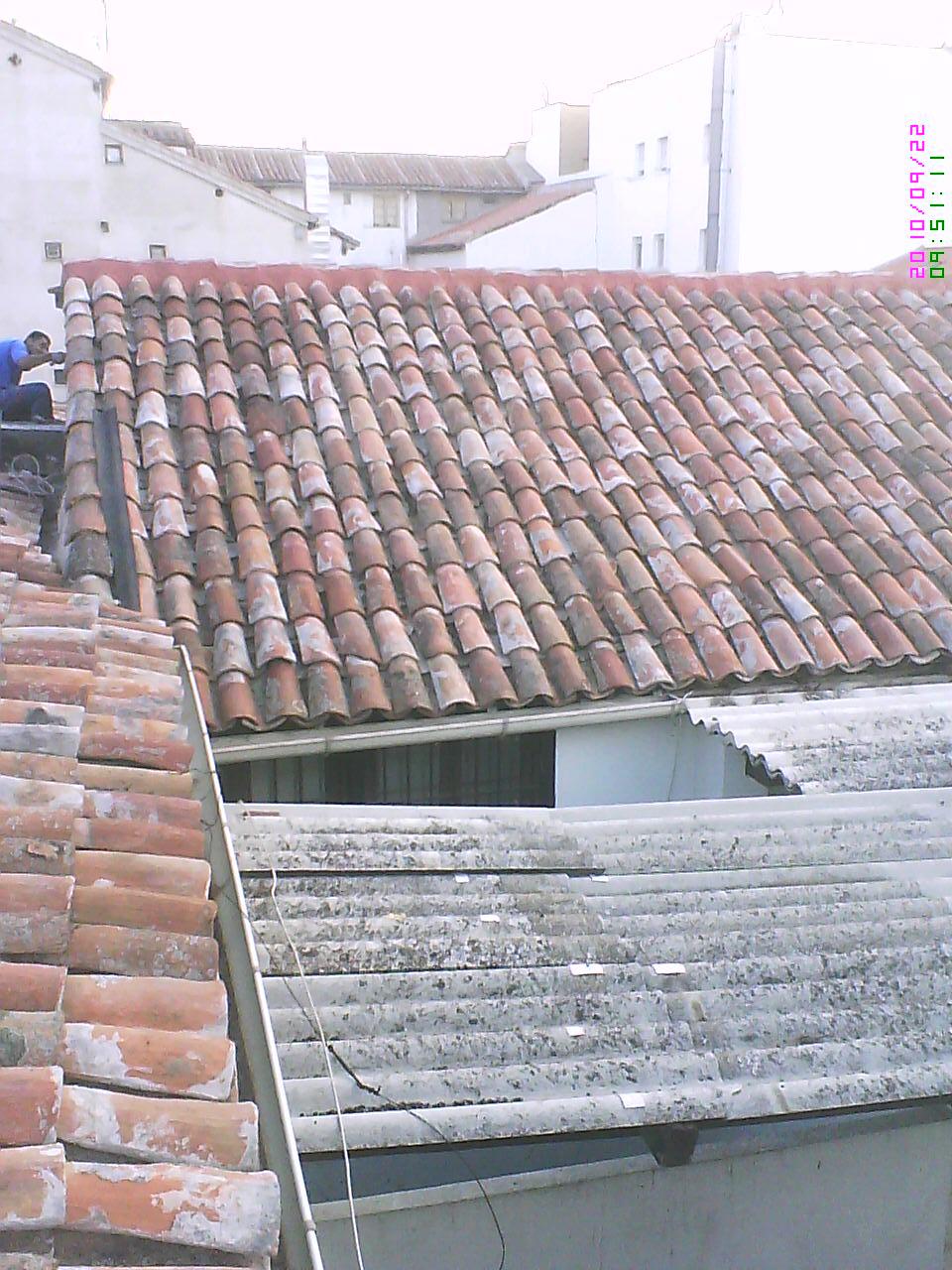 Por retejado o cambiar las tejas de un tejado reparar for Tejado de madera o hormigon