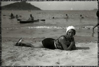 foto antigua de bañista tumbada en arena en playa de san sebastian