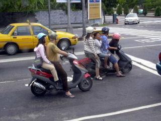 台湾ではスクーターの「2 - 4人」乗りがザラ!