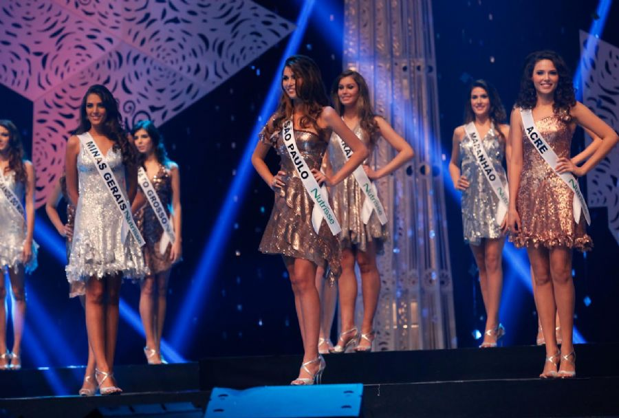 Francine Pantaleão, a Miss São Paulo, com vestido dourado na final do Miss Brasil 2012