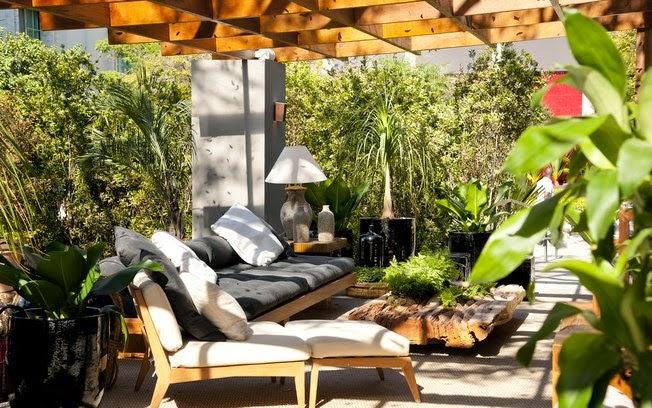 terraco jardins clinica: adorei a mesa de centro tora e os abajures, contraponto interessante