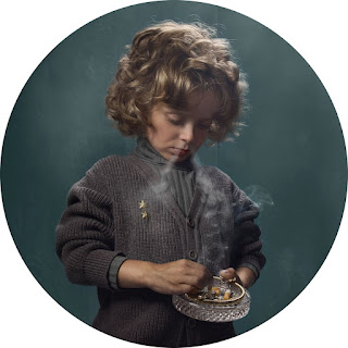 Frieke Janssen, Smoking Kids - Rygende dreng med askebæger i hånden
