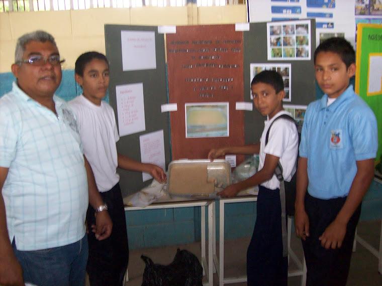 Lcdo. Angel Flores coordinador responsable de la experiencia junto a sus estudiantes
