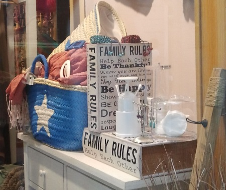 Cesta azul. Algodonero metacrilato. Cajas family rules.