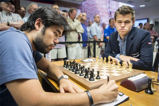 Ronde 8: L'Américain Hikaru Nakamura résiste à Magnus Carlsen dans une position difficile © Lennart Ootes