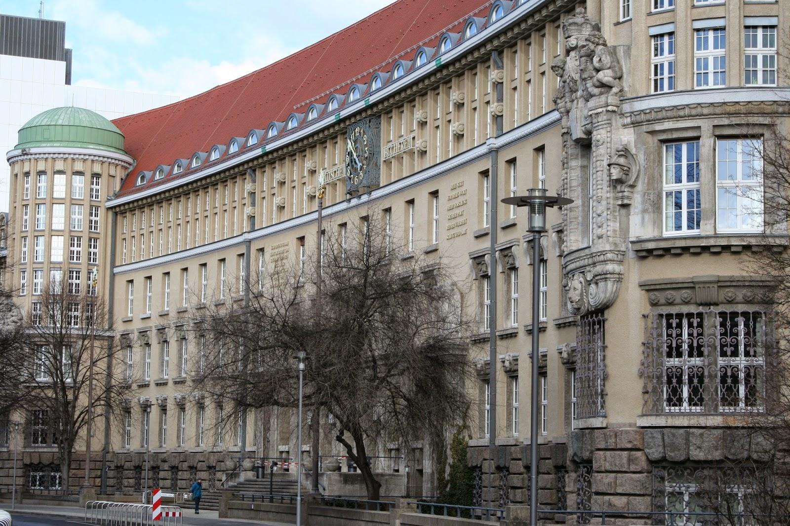 """""""Deutsche Bücherei"""" Hauptgebäude mit Bücherturm - das Gebäude wurde in den Jahren 1914–1916 am """"Deutschen Platz"""" errichtet"""