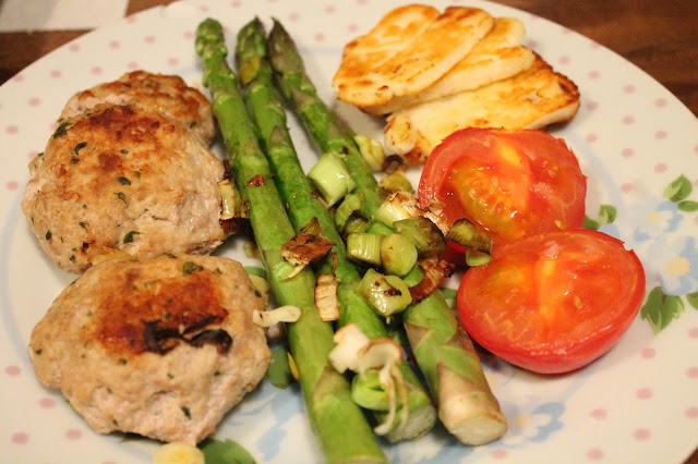 Slimming world turkey & coriander burgers with asparagus, leeks, tomatoes & halloumi