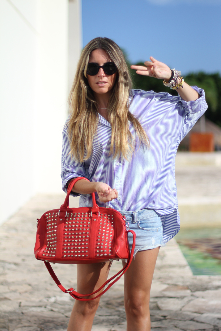Fashion blogger Mexico, outfit: boyfriend shirt, denim shorts and studded bag